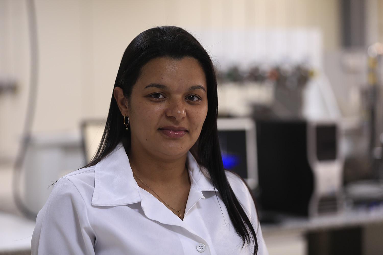 A pesquisa de Kathamania Santana contribui para as pautas ambiental e energética (Foto: Adilson Andrade – Ascom/UFS)