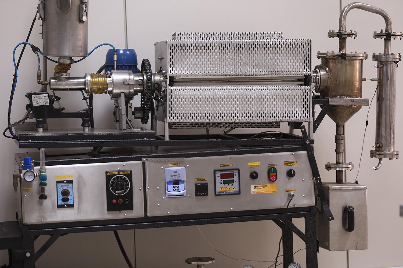 Pirólise: o reator de forno rotativo é o equipamento usado para transformar o composto orgânico em biocombustível e outros elementos (Foto: Adilson Andrade – Ascom/UFS)
